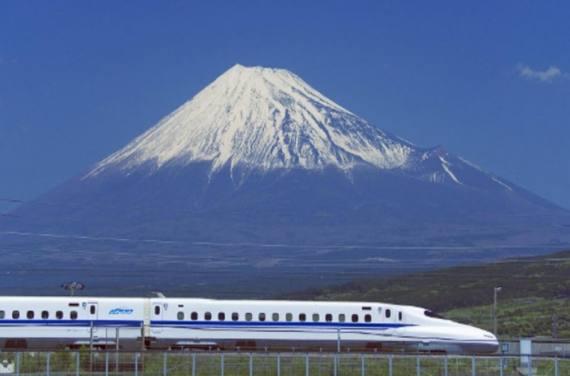 """Der """"Shinkansen"""" vor dem Mount Fuji: Der Prestigezug zählt zu den pünktlichsten der Welt."""