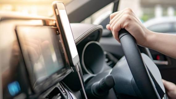 Praktisches Auto-Gadget: Eine Handyhalterung mit Magnetfunktion