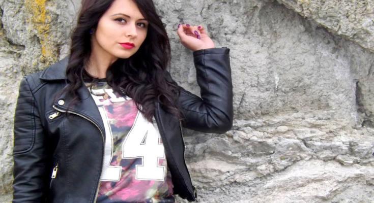 Weibliches Model mit schwarzer Lederjacke.
