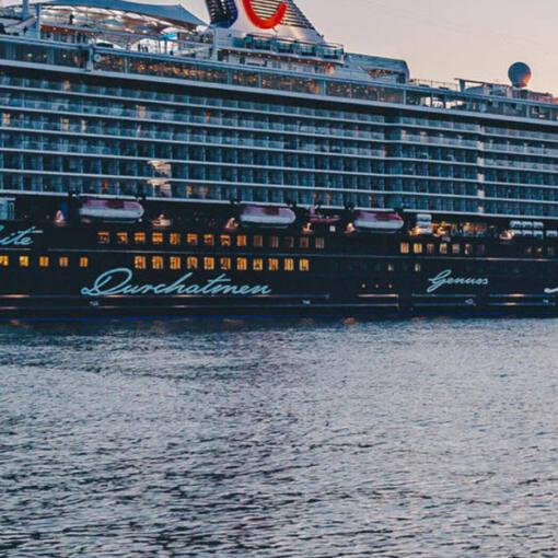 """Das Kreuzfahrtschiff """"Mein Schiff 6"""" der Reederei Tui Cruises: Das grösste Passagierschiff der Tui Flotte liegt bei Sonnenuntergang im Hafen der Stadt Triest."""